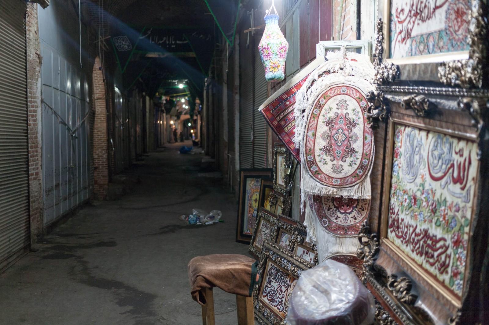 Obchod s koberci v opuštěném bazaaru