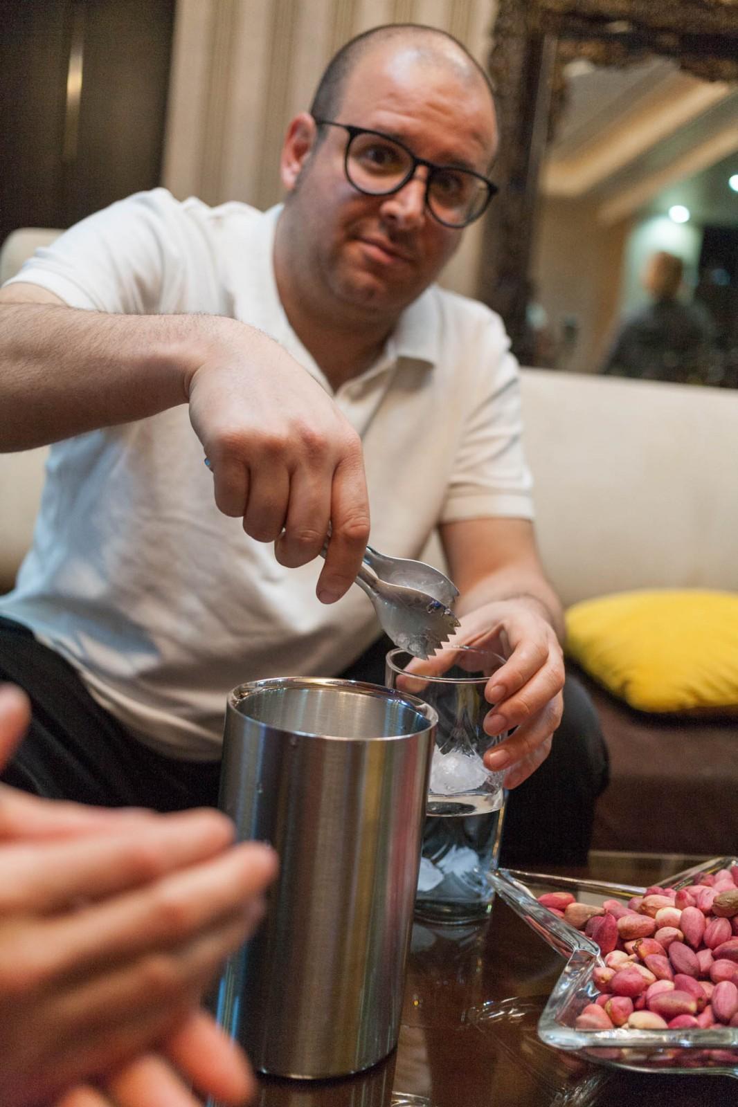 Ali připravuje drinkyb